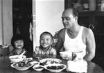 与外孙共进餐