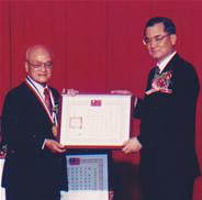 1996年荣获台湾行政院颁发1996年度文化奖,是东南亚地区首位获得这项荣誉的人。